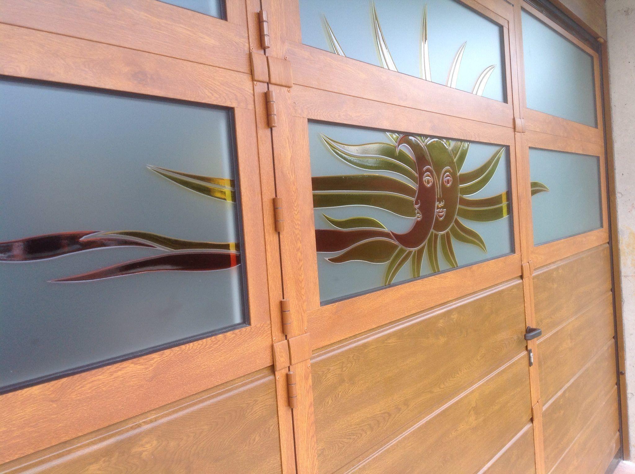 Porta Sezionale con sezioni vetrate serigrafate su disegno del cliente e porta pedonale inserita