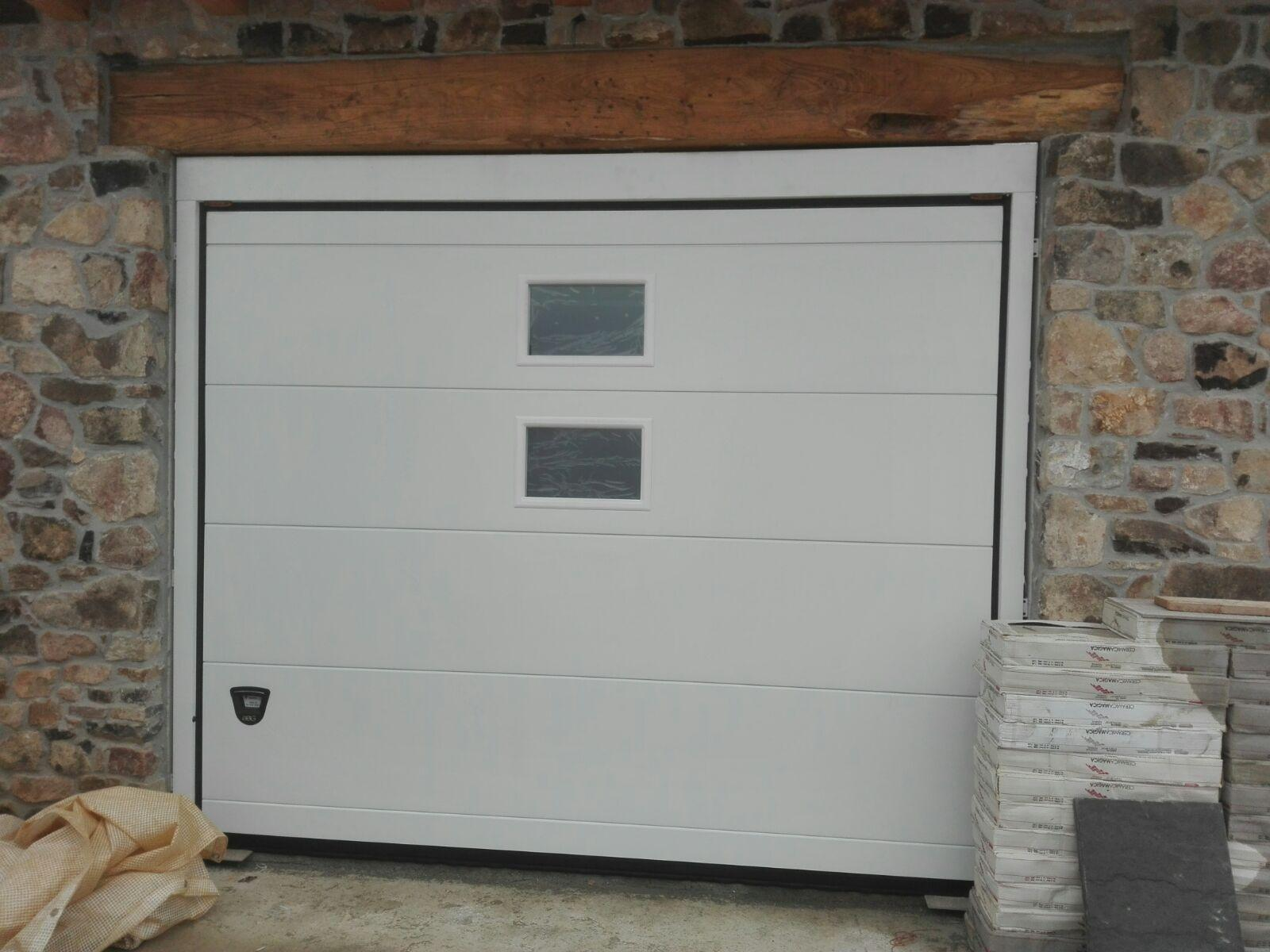 Portone sezionale bianco RAL 9010 monodoga con oblò verticali installato a Torrebelvicino Vicenza